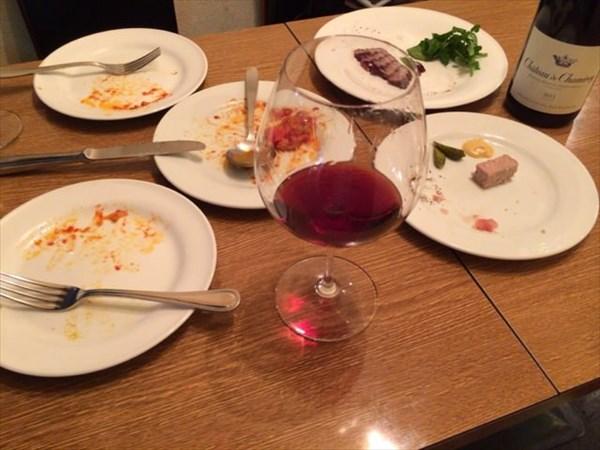 食後のお皿とグラスワイン