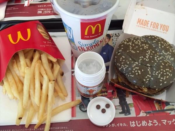 マクドナルドのイカスミバーガーセットとメタバリア3粒