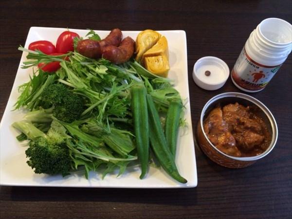 野菜サラダとチキンケバブとメタバリア1粒