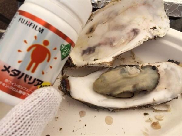 焼きあがった牡蠣とメタバリアのボトル