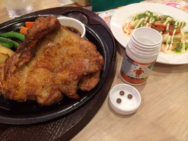 肉厚ジューシー若鶏の秘伝スパイスグリルと海老とアボカドのバジル醤油