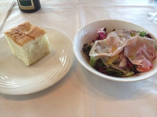 ランチコースのサラダとパン
