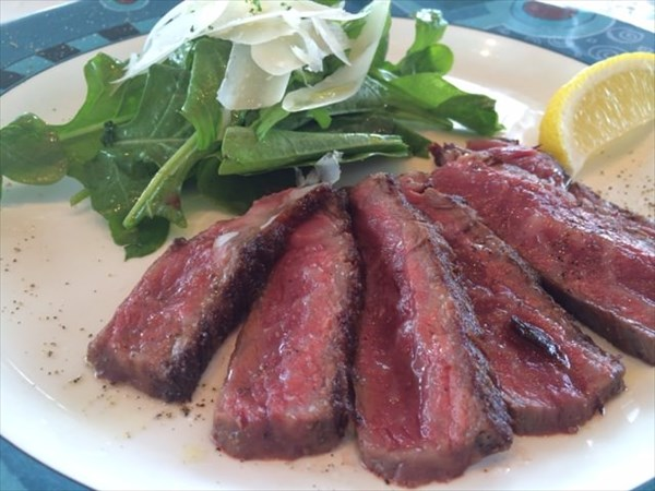 ランチコースのメイン料理の和牛ステーキ