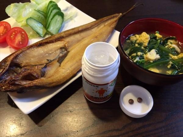 朝食のほっけ焼きと味噌汁とメタバリア2粒