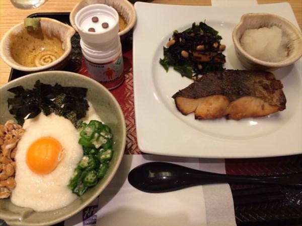 大戸屋の沖目鯛の醤油麹漬け炭火焼きと手造り豆腐のねばねば小鉢とメタバリア3粒