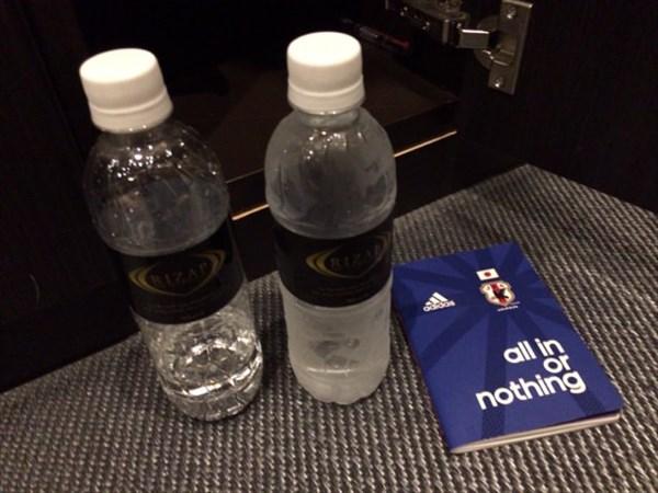 ライザップの水2本とメモ帳