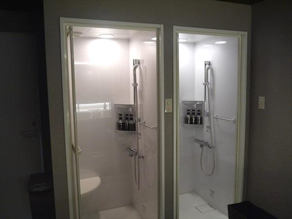 2つあるシャワーブース