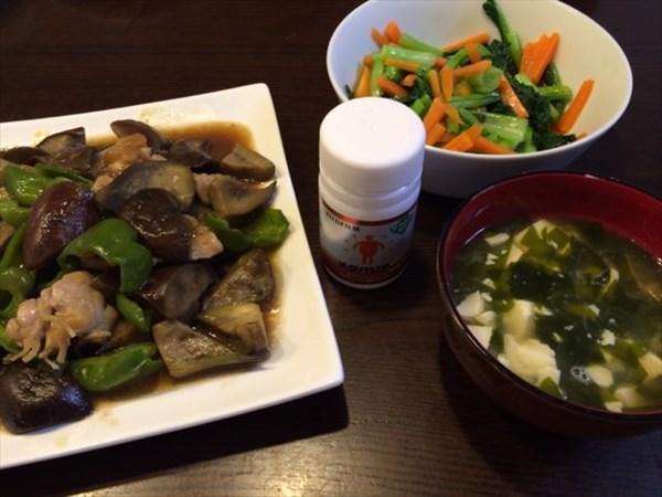 茄子と鳥肉とピーマンの炒め物と味噌汁とメタバリア