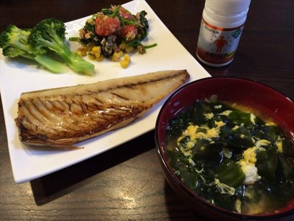 焼きサバとたまごとワカメの味噌汁とメタバリア