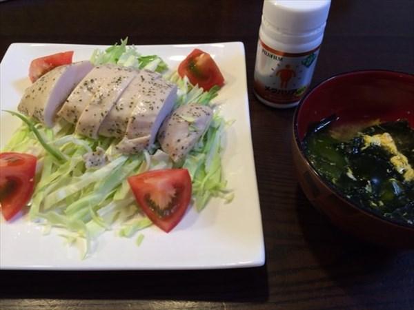サラダチキンを使ったサラダと味噌汁とメタバリア