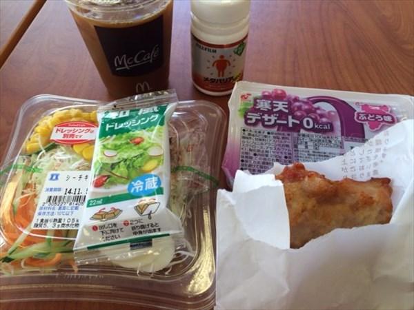 グリルチキンと野菜サラダと寒天ゼリー(ぶどう味)とメタバリア