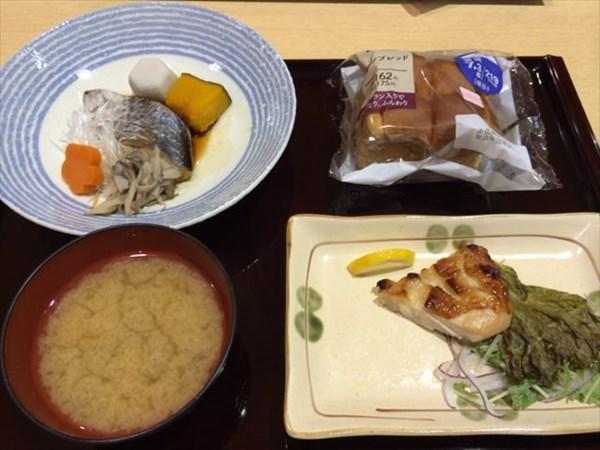 グリルチキンと魚と味噌汁とブランパン