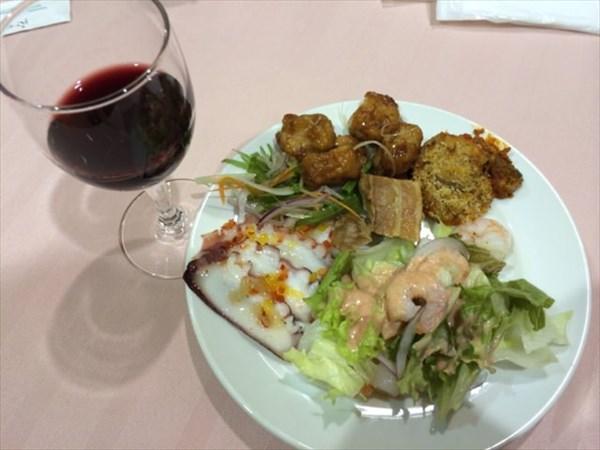 ビュッフェ形式の夕食と赤ワイン