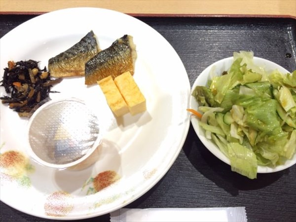 サラダを中心とした朝食