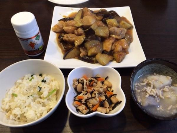 炊き込みご飯とひじき煮と鶏肉と茄子の炒め物