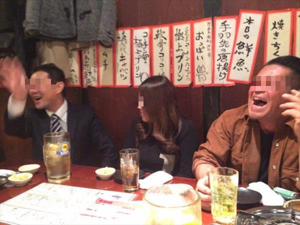 大笑いする3人