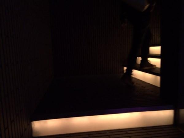 お店への階段を上がる