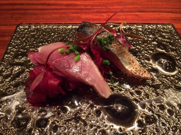 鯖の燻製を炙ったものにデーツと巨峰を良い感じで使ったサラダ
