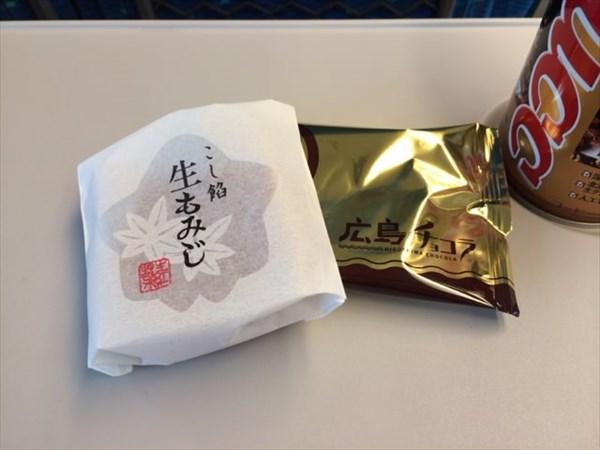 新幹線で食べた生もみじと広島チョコラ