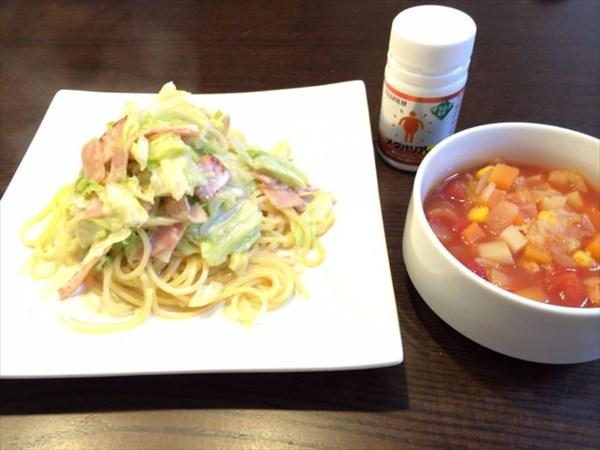 昼食のクリームパスタとミネストローネとメタバリア