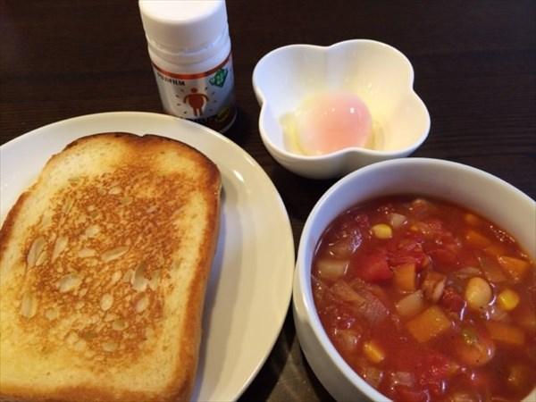 朝食で食べたパンと温泉たまごとミネストローネ