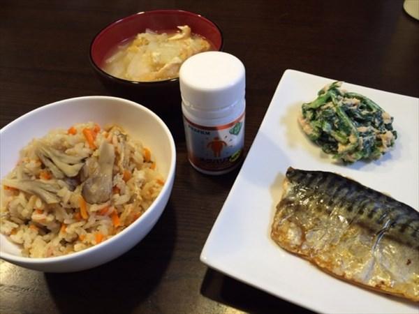 夕食の焼き魚とまいたけの炊き込みご飯