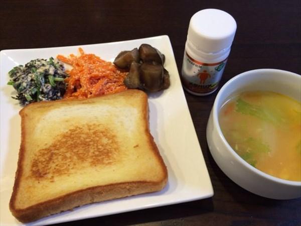 焼いた食パンと野菜スープとメタバリア