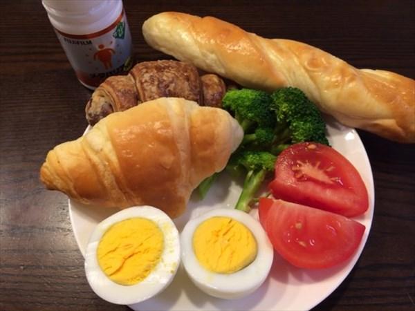 12/24の朝食で食べたパンと野菜とメタバリアネオ