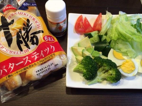 12/25の朝食で食べたバタースティックと野菜サラダとメタバリアネオ