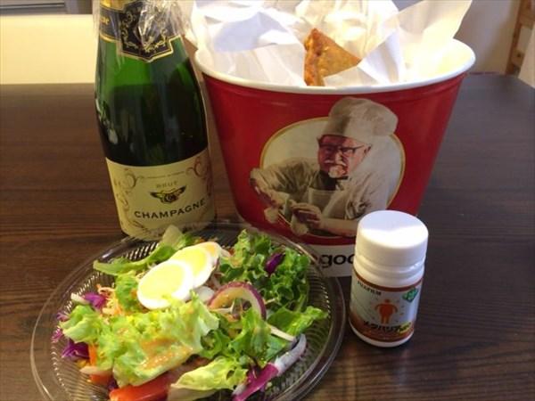12/25の夕食に食べたケンタッキーフライドチキンと野菜サラダとシャンパン
