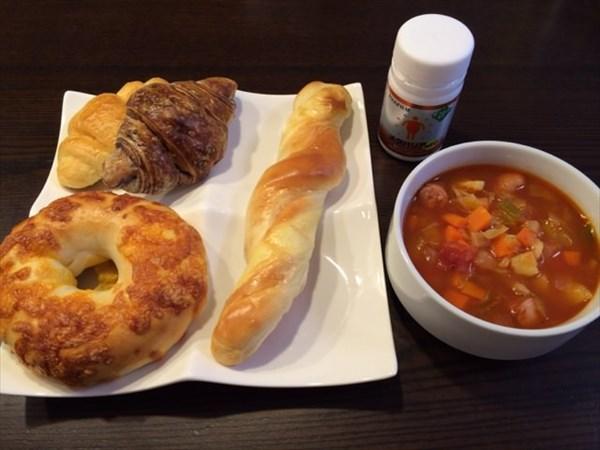 12/28の朝食で食べたパン4種とミネストローネ