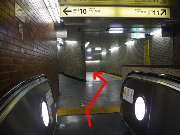 出口11方面に進む