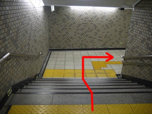 階段を下りて右折
