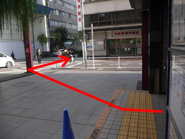 すぐある横断歩道を渡る