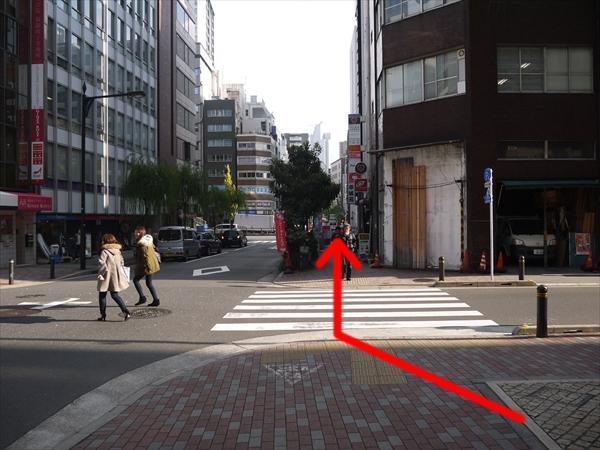 横断歩道を渡って直進する
