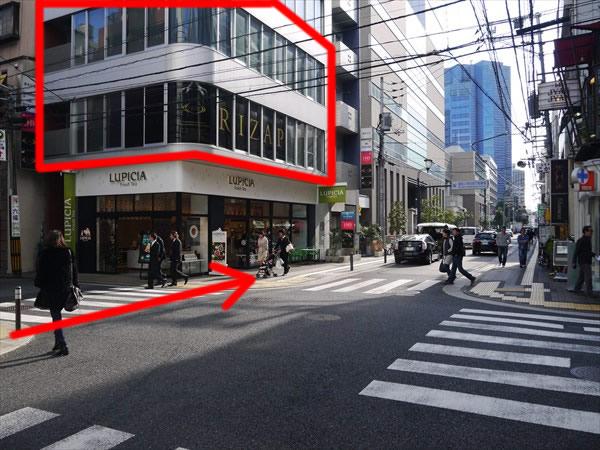 次の交差点を渡ったところにあるビルの2Fがライザップ
