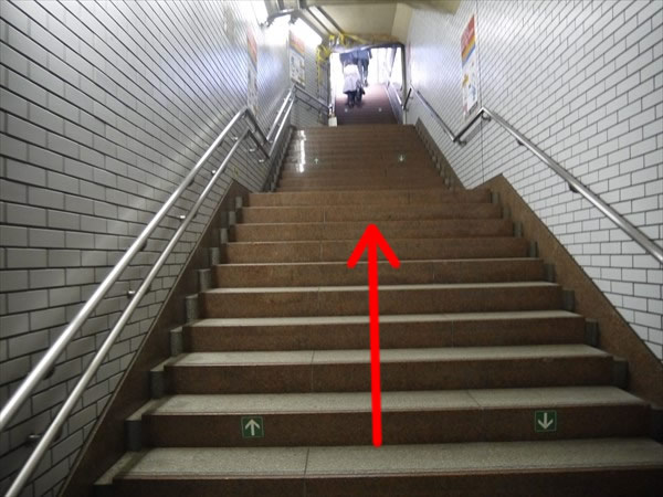 A8出口の階段