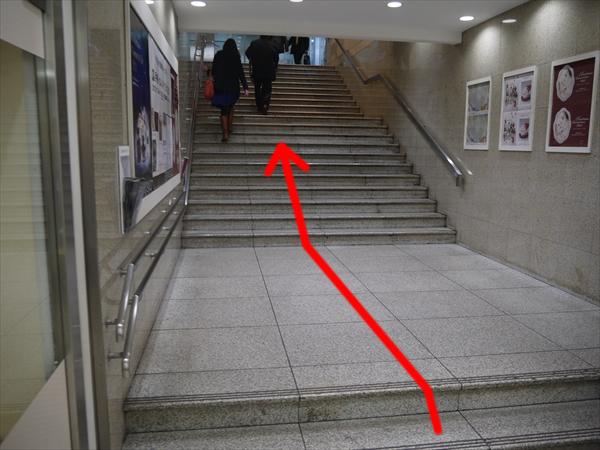 松屋銀座からA12出口に続く階段