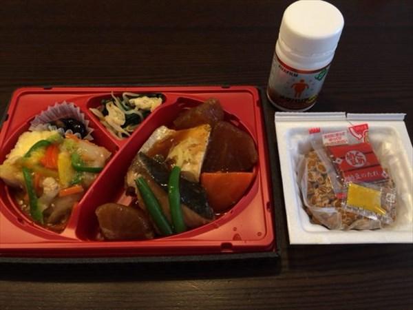 お昼はセブンの弁当と納豆