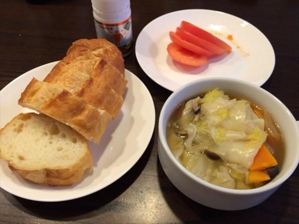 フランスパンとワンタンスープとトマト