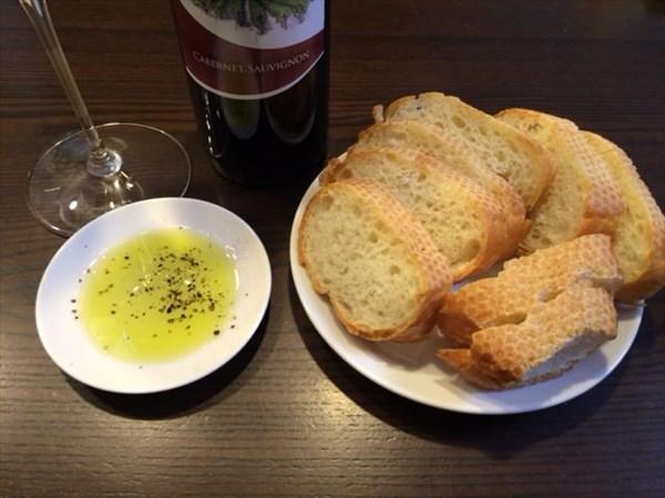 追加で食べたフランスパンとオリーブオイルとワイン