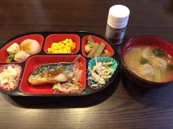 生協の弁当(サバ)と味噌汁とメタバリア