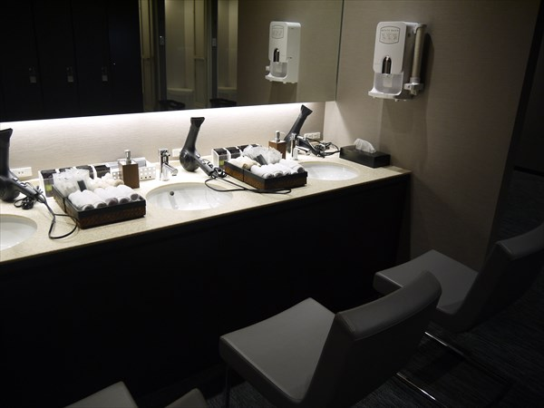 清潔感のある洗面台とマウスウォッシュ