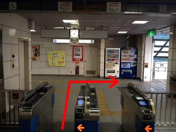 葭川公園駅の改札を出て右折
