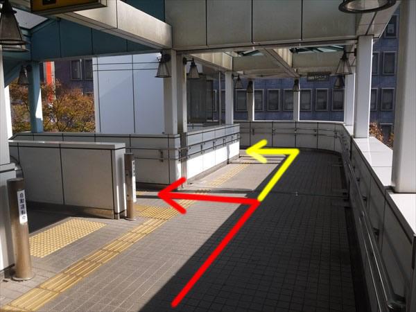 階段かエレベーターで下へ