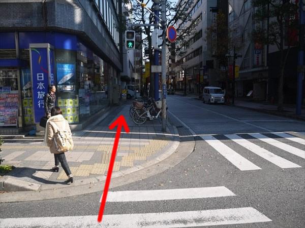 横断歩道を渡ってそのまま直進