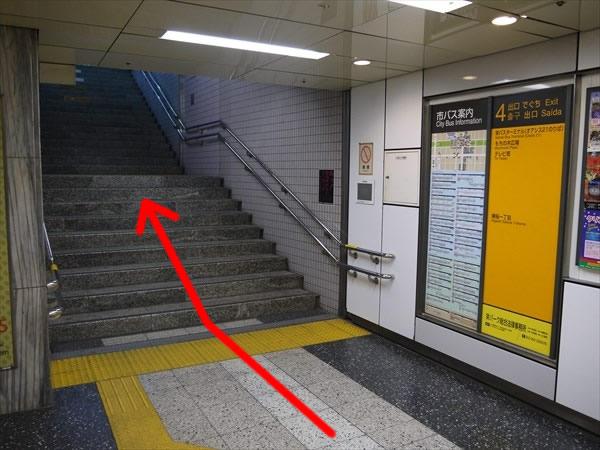 栄駅4番出口の階段