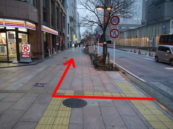 右折した先の道