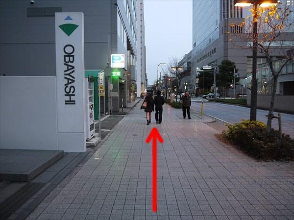 OBAYASHIの看板の横を直進