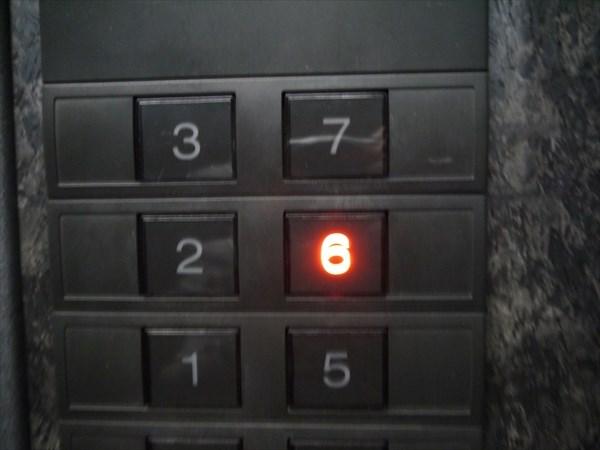 エレベーターで6Fに上がると...